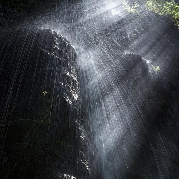 素簾の滝の水飛沫と光芒