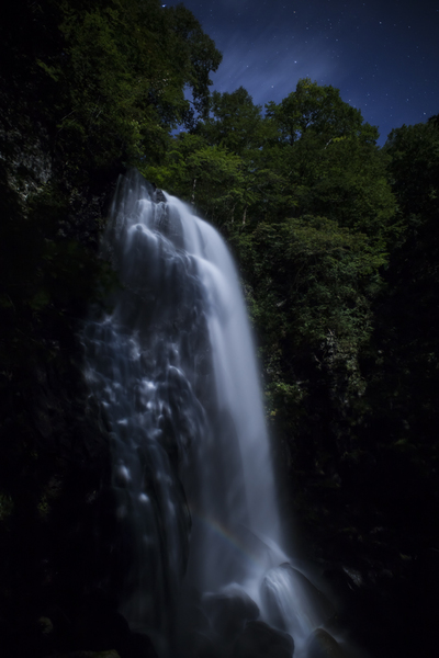 小野川不動滝を仄かに彩るナイトレインボー(月虹)