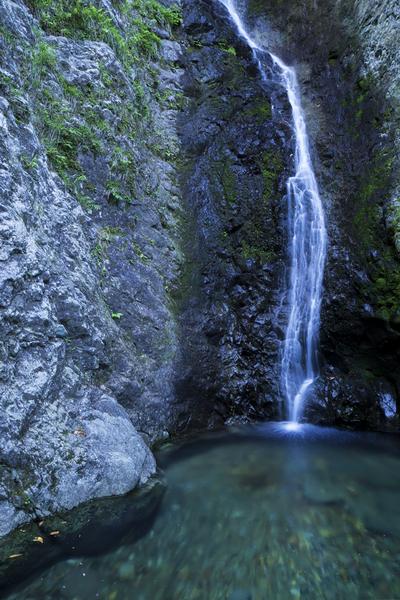 静かに落ちる渾床の滝