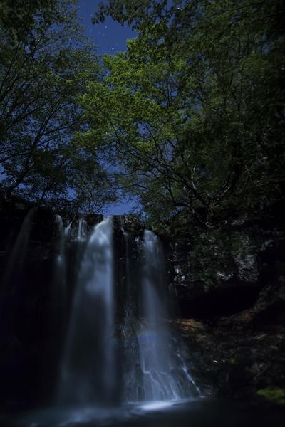 月下の新緑、月虹の乙女の滝