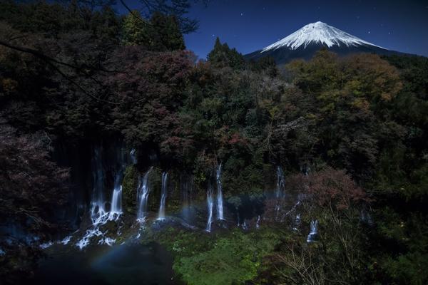 月虹(ムーンボウ)の白糸の滝と富士山