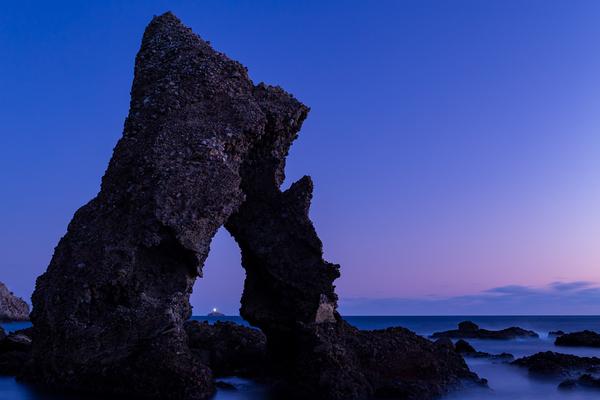 エビ穴から覗く神子元島の灯台