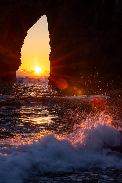 千貫門の夕日に輝く波しぶき