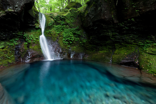 美しく青きおしらじの滝
