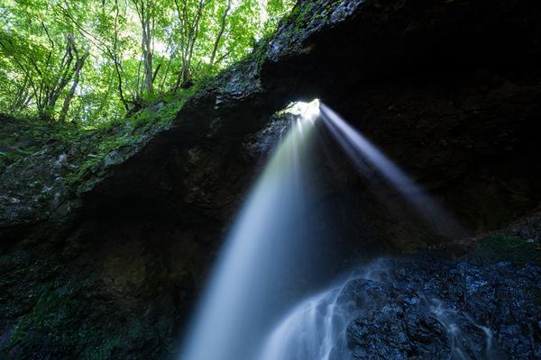 男鹿大滝から落ちる光芒