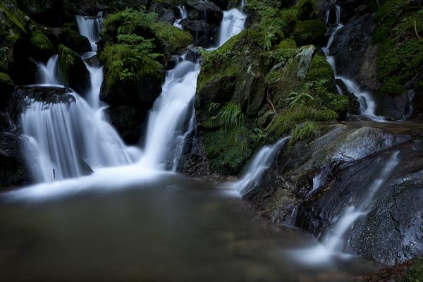 岩を縫う生田の大滝