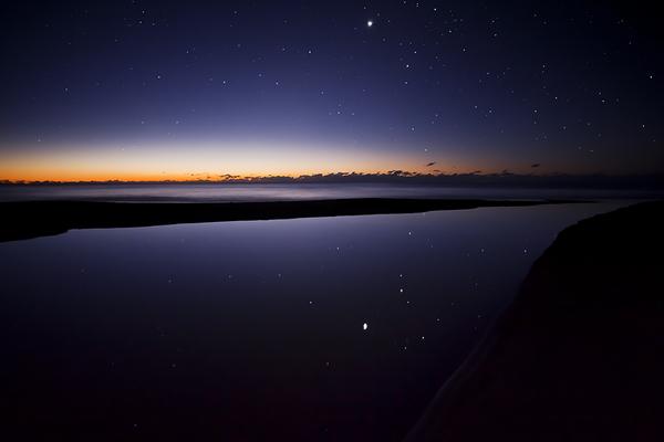 夜明け直前、星を映す砂浜