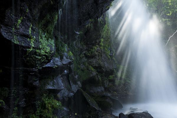 東山大滝を貫く光芒