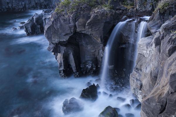 海に落ちる対島の滝