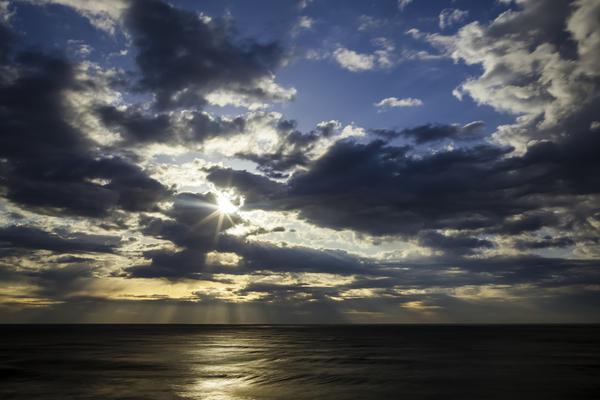 朝の海、水平線上の光芒