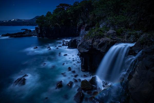 対島の滝と月虹(ムーンボウ)