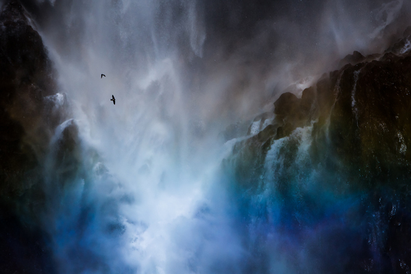 華厳の滝に虹とイワツバメ