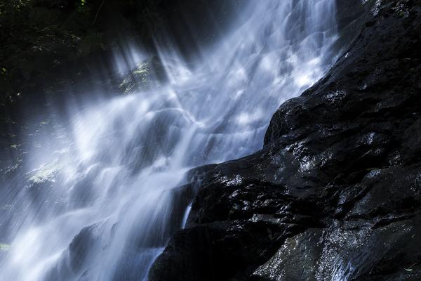 滝に跳ねる光