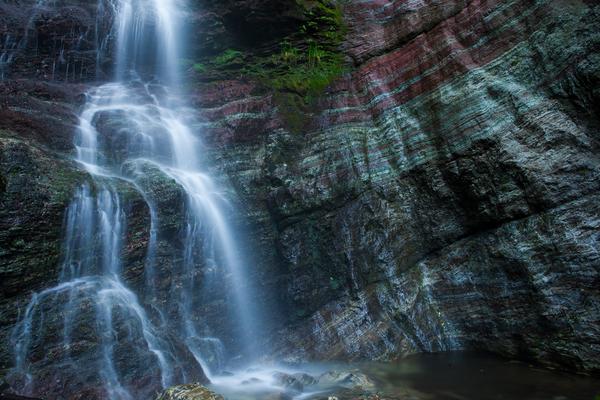 入沢の滝、縞模様の岩