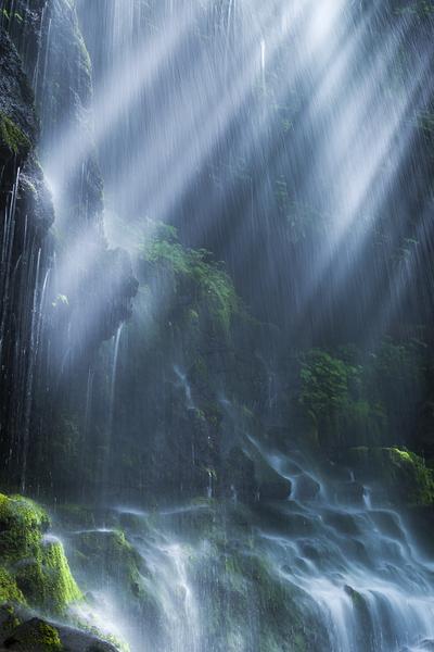 素簾の滝に注ぐ光芒