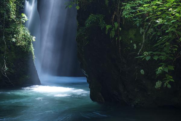 光芒と岩に隠れる行基の滝