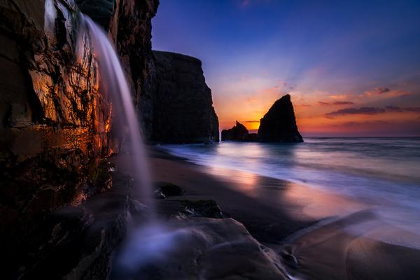 朝焼けに染まる大波月海岸の小滝