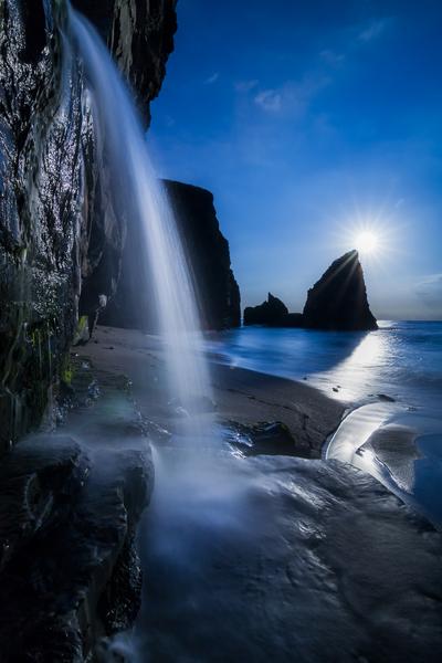 大波月海岸の小滝