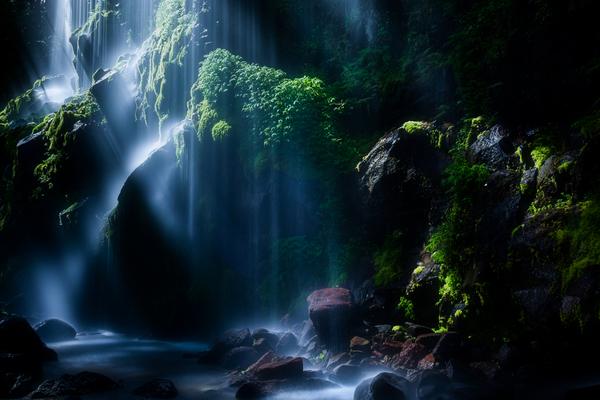 眞俣谷の無名滝を照らす